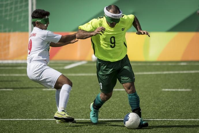 Descrição da imagem: Marcos Felipe tenta se desvencilhar da marcação do iraniano (Foto: Daniel Zappe/MPIX/CPB)