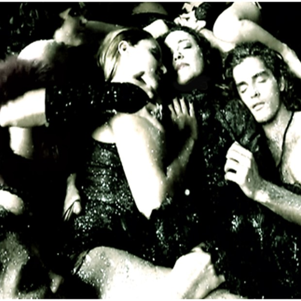 Ana interage com homens e mulheres nas cenas do clipe da canção Libido (Foto: Divulgação)
