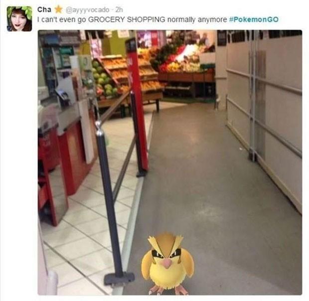 Mulher mostra pokémon encontrado em supermercado.