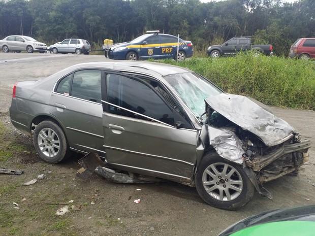 Casal de idosos estava em Honda Civic que colidiu contra táxi   (Foto: PRF/Divulgação)