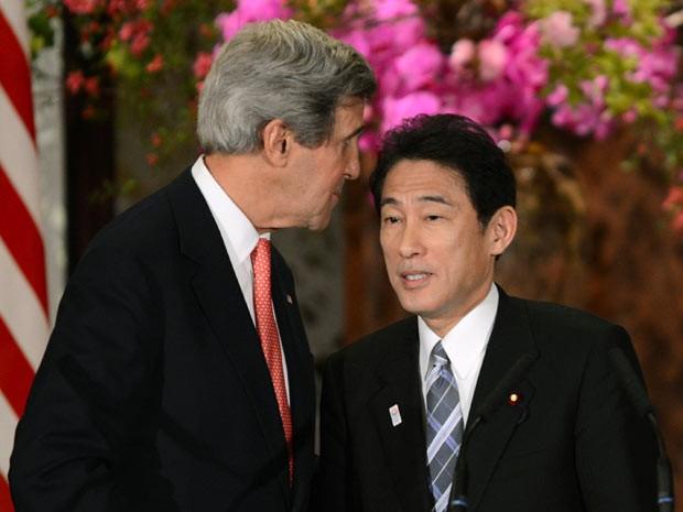 O secretário de Estado dos EUA, John KErry, encontra seu colega japonês Fumio Kishida neste domingo (14) em Tóquio (Foto: AFP)