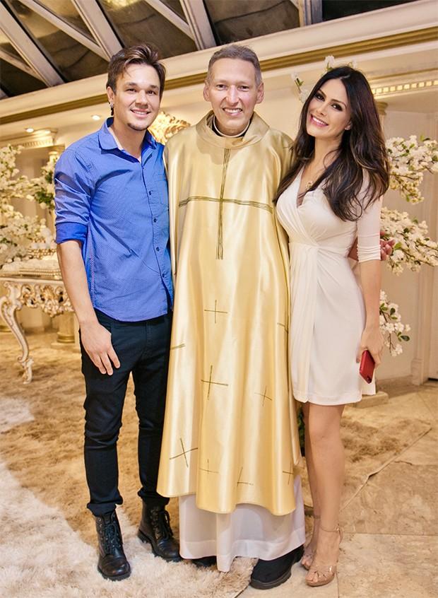 Leandro, Natália Guimarães e Padre Marcelo Rossi (Foto: Daniela Matias/ Divulgação)