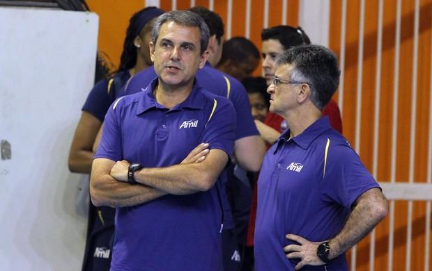 Ao lado do preparador físico José Elias, Zé Roberto espera jogo difícil nesta terça (Foto: Divulgação)