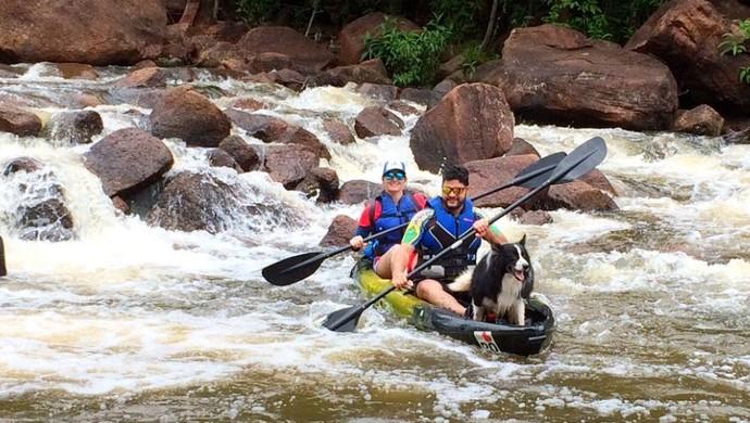 Guz Carvalho e o casal Iury e Juliana fazendo remada no Rio das Garças em Rondônia (Foto: Iury Carvalho/ arquivo pessoal )