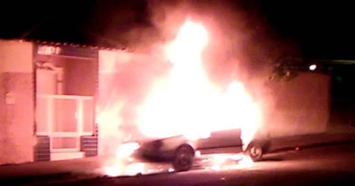 Incêndio destrói carro no meio da rua em Cafelândia - Globo.com