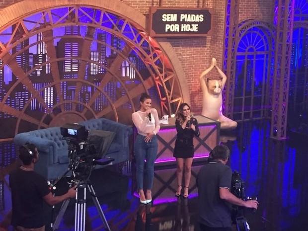 Tat Werneck recebe Bruna Marquezine nas gravaes de 'Lady Night' (Foto: Multishow)