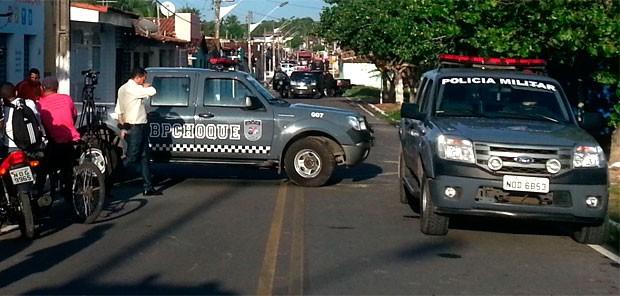 Polícia faz cerco à residência em São Gonçalo do Amarante, no RN (Foto: Jorge Talmon/G1)