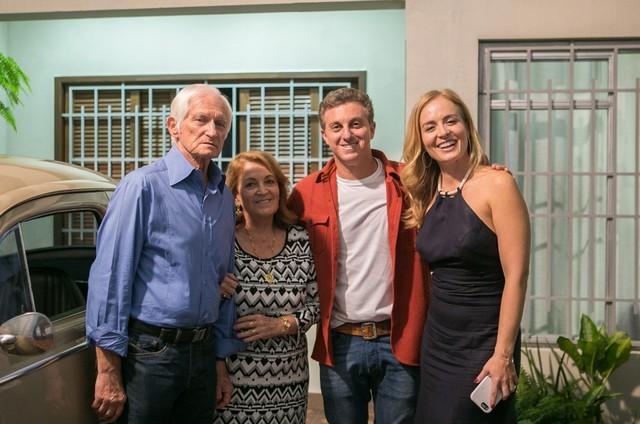 Angéica, Huck e os pais dela (Foto: Raquel Cunha/ TV Globo)