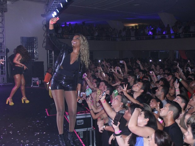 MC Ludmilla tira foto com fãs durante show na Zona Sul do Rio (Foto: Rodrigo dos Anjos/ Ag. News)
