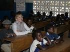 Acompanhada dos filhos, Madonna visita escola no Malauí