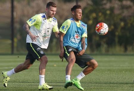 Lucas Lima e Neymar disputam bola em treinamento da Seleção  (Foto:  Rafael Ribeiro / CBF)