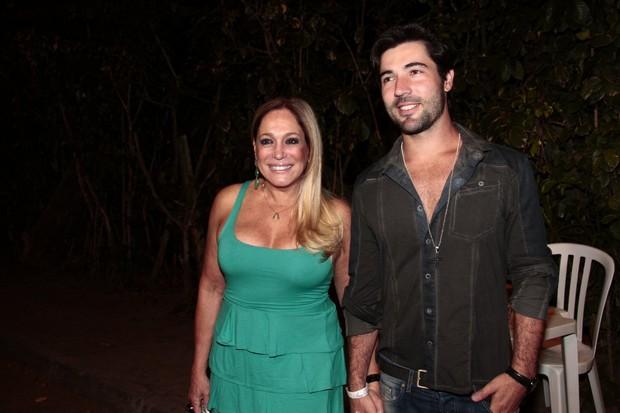 Susana Vieira e Sandro Pedroso em festa de 'Amorà vida' no Rio (Foto: Isac Luz/ EGO)