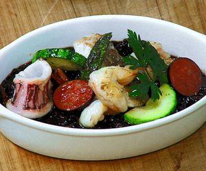Paella com arroz negro