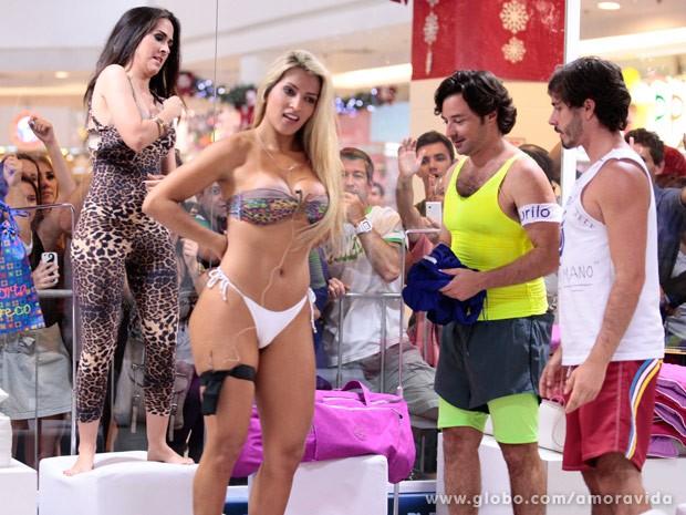 Valdirene tenta competir com loira (Foto: Pedro Curi/TV Globo)
