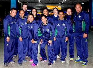 Graziele (seg. à esquerda) no embarque com a seleção brasileira (Foto: CBBoxe)