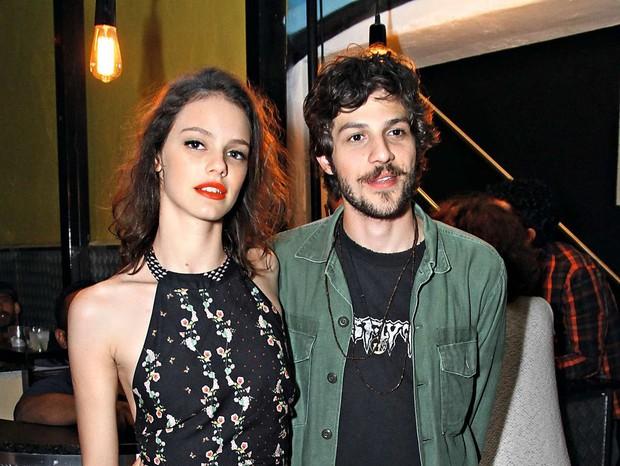 Laura Neiva e Chay Suede em evento no Rio (Foto: Ag. News)