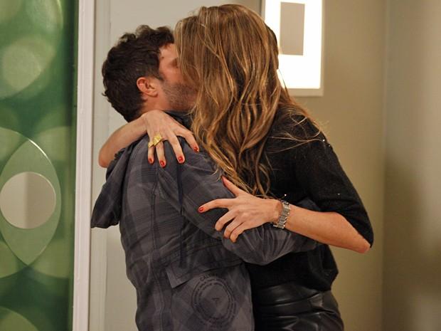 No impulso, Vânia agarra Zenon na frente de Felipe (Foto: Guerra dos Sexos/ TV Globo)