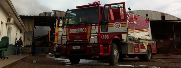 Incêndio em fábrica de pneus de Erechim (Foto: Giulia Perachi/RBS TV)