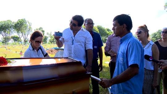 Família e fãs cantam 'Chorando se foi' no enterro de Loalwa; veja vídeo