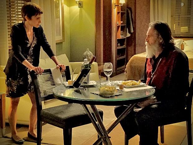 Nina fica chocada quando Nilo insinua que Carminha foi garota de programa  (Foto: Avenida Brasil/ TV Globo)