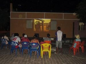Público assiste à sessão em cineclube na cidade de Heliópolis, BA (Foto: União de Cineclubes da Bahia/Divulgação)