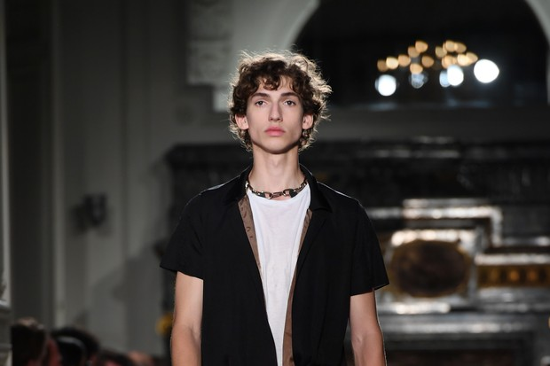 PARIS, FRANCE - JUNE 22:  A model walks the runway during the Valentino Menswear Spring/Summer 2017 show as part of Paris Fashion Week on June 22, 2016 in Paris, France.  (Photo by Pascal Le Segretain/Getty Images) (Foto: Getty Images)