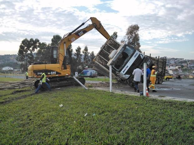Caminhão tombado Taubaté (Foto: André Luiz Rosa/TV Vanguarda)