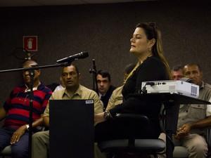 7/5/2013-  Milane, ex-namorada de PC Farias, depõe no 2º dia do júri (Foto: Jonathan Lins/G1)