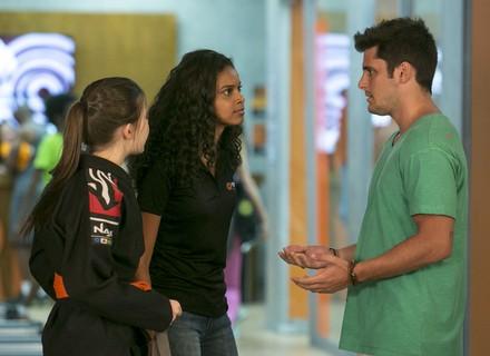 Joana flagra Toninho conversando com Manuela e faz barraco