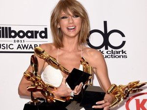 Taylor Swift com seus prêmios no Billboard Awards (Foto: Jason Merritt / GETTY IMAGES NORTH AMERICA / AFP)