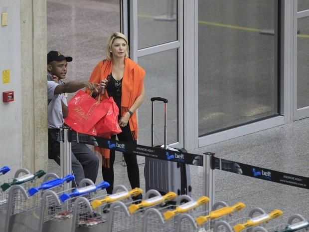 Antônia Fontenelle em aeroporto no Rio (Foto: Delson Silva e Dilson Silva/ Ag. News)