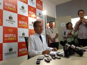 Secretário Arthur Chioro dá entrevista coletiva nesta quinta-feira (23) em São Bernardo  (Foto: Letícia Macedo/G1)