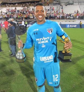 Sidão leva troféu de melhor jogador e brilha nos pênaltis (Foto: Marcelo Prado)