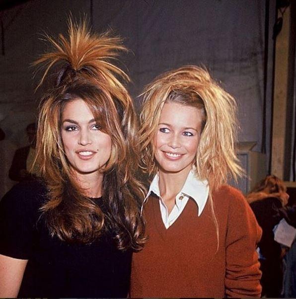 Cindy Crawford e Claudia Schiffer no backstage da Chanel, em 1994 (Foto: Instagram/Reprodução)