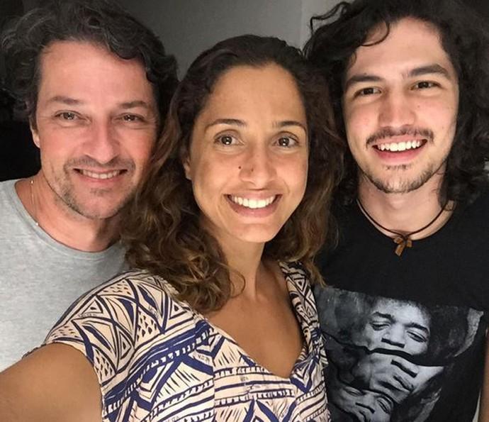 Marcelo Serrado posa ao lado de seus parceiros de cena: Camila Pitanga e Gabriel Leone (Foto: Arquivo Pessoal)