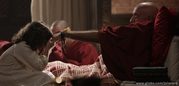 Pequena Rinpoche prova que é uma menina muito especial (Foto: Fábio Rocha/TV Globo)