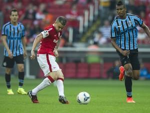 Observado pelo estreante Wallace, D`Alessandro faz o passe no meio de campo (Foto: Alexandre Lops/Divulgação Inter)