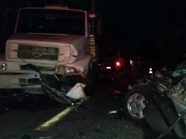 Motorista morreu nesta sexta-feira em batida entre carro e caminhão em Campos Gerais, MG (Foto: Polícia Militar Rodoviária)