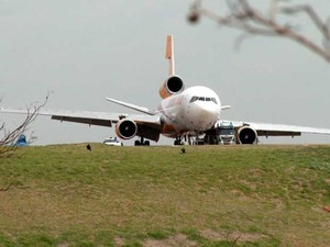 Avião da Centurion continua na cabeceira da pista do Aeroporto de Viracopos, em Campinas (Foto: Reprodução EPTV)
