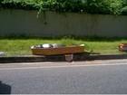 Carro de funerária é atingido por veículos e corpos vão parar na pista