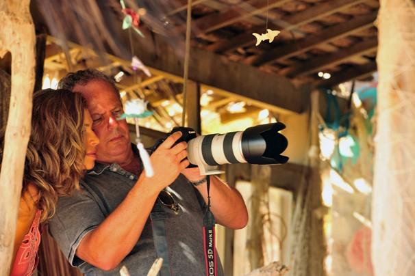 Grazi Massafera olha com atenção a fotografia tirada pelo diretor de núcleo de Flor do Caribe, Jayme Monjardim (Foto: João Miguel JR./Rede Globo)