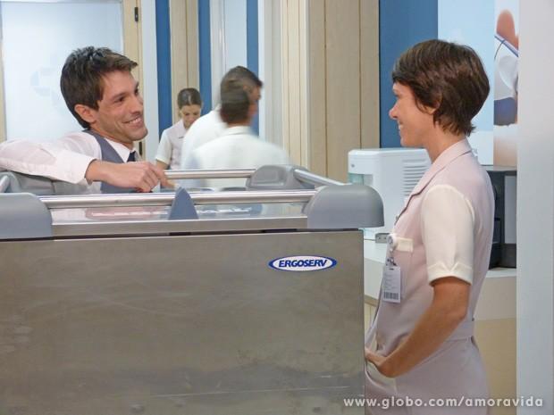 Aí tem... Joana convida Luciano para jantar (Foto: Amor à Vida/TV Globo)