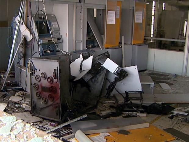 Local ficou completamente destruído após ação dos suspeitos (Foto: Paulo Souza/EPTV)