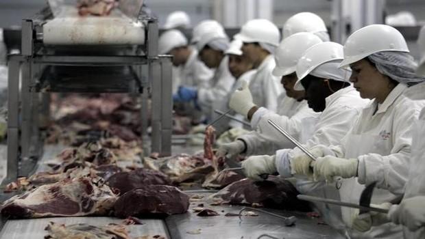 Trabalhadores de frigorífico em São Paulo (Foto: Paulo Whitaker/Reuters)