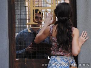Ernest inventa viagem para Franz e Amélia não consegue encontrá-lo (Foto: Joia Rara/ TV Globo)