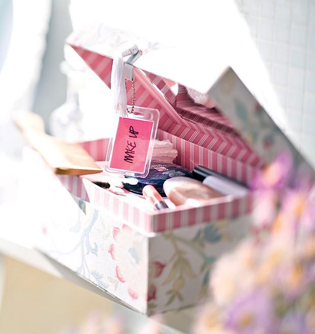 Na caixa floral por fora e listrada por dentro, o kit completo de maquiagem enfeita a bancada e faz a alegria das mulheres (Foto: Foto Dulla/Editora Globo)