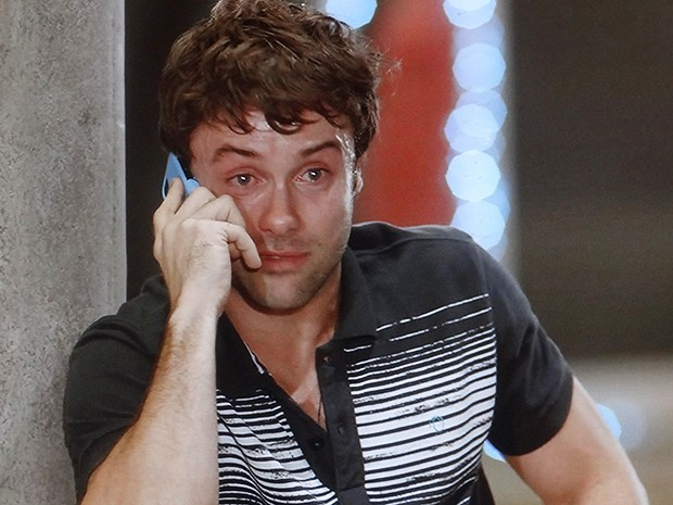 No desespero, Israel pede ajuda pelo telefone (Foto: TV Globo)