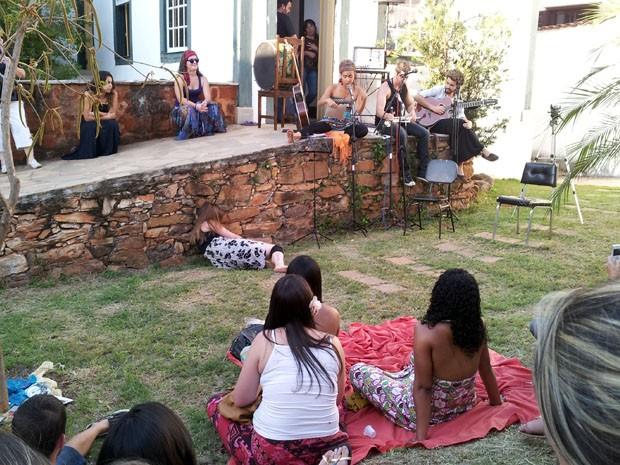Visitantes acompanharam apresentações de dança e música no local (Foto: Samantha Silva / G1)