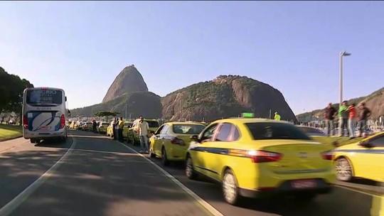 Taxistas protestam em frente à prefeitura do Rio