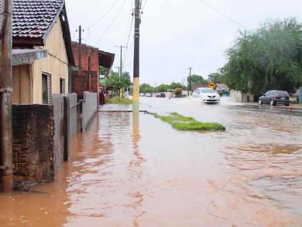 Cheia do rio Dourados provocou o alagamento de várias casas em Fátima do Sul (Foto: Jefferson Durte/Arquivo Pessoal )